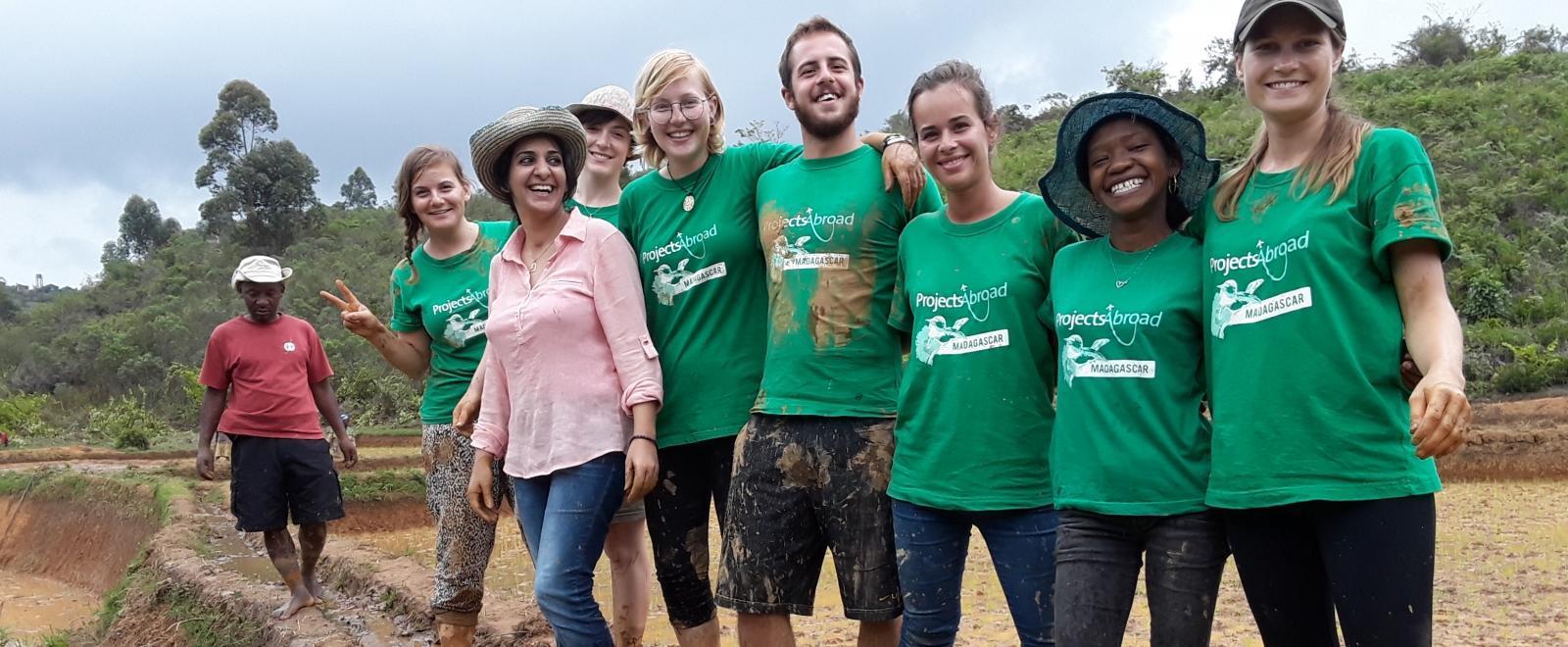 Voluntarios recién graduados en una pausa de su voluntariado en Madagascar.